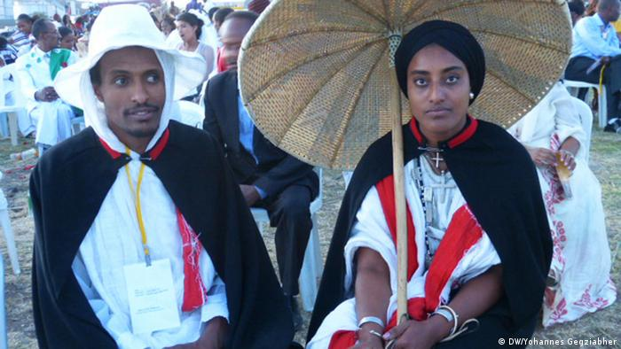 Ethopian man and woman in traditional clothing at wedding ceremony. Autor/Copyright: Yohannes Gegziabher, DW Korri