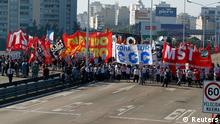 Demonstrators block the Pueyrredon Bridge during a one-day nationwide strike in Buenos Aires November 20, 2012. In the first general strike for a decade, anti-government unions and farmers protested what the unions call a fast-growing tax burden and Argentine President Cristina Fernandez de Kirchner's refusal to raise the minimum threshold for income tax payment. REUTERS/Enrique Marcarian (ARGENTINA - Tags: BUSINESS EMPLOYMENT POLITICS CIVIL UNREST)