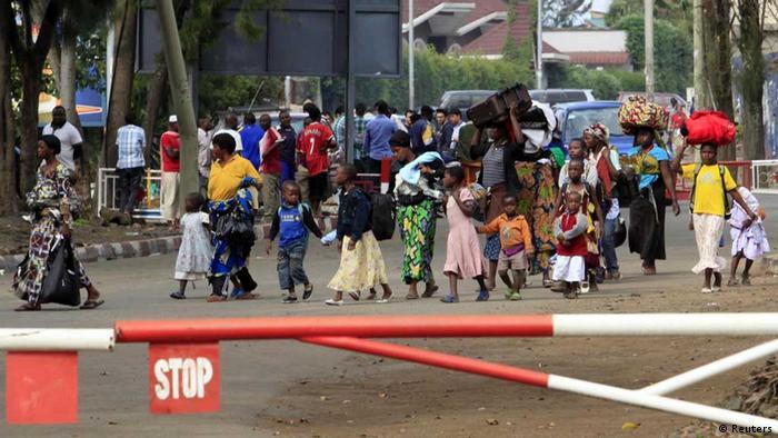 Eine Gruppe von Menschen überqurt die Grenze von der Demokratischen Republik Kongo nach Ruanda (Foto: Reuters)