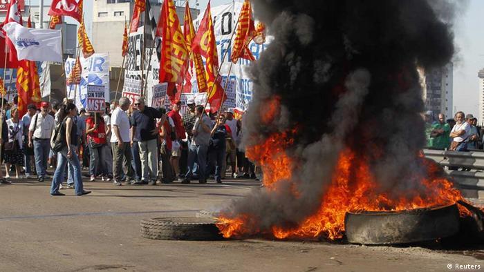 Demonstranten blockieren die Püyrredon-Brücke in Buenos Aires (Foto: rtr)