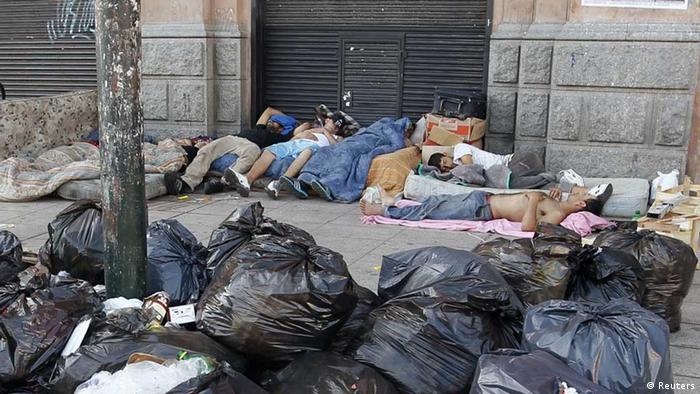 Schlafende Menschen neben Abfall-Säcken (Foto: rtr)