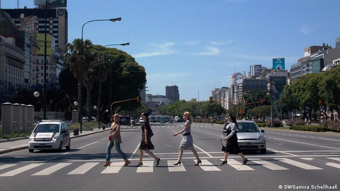 The Valkyries during their ride across the Avenida 9 de Julio Copyright: DW/Samira Schellhaaß