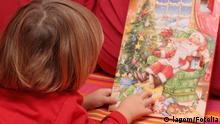 Kleiner Junge öffnete Adventskalender © lagom #37540558