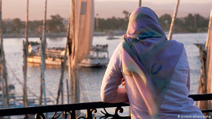 Ägypten Symbolbild Frau mit Kopftuch von Hinten am Nil