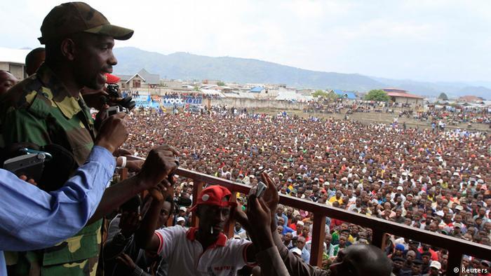 M23-Sprecher Vianney Kazarama spricht vor Menschenmenge in einem Stadion in Goma, 21. November 2012.