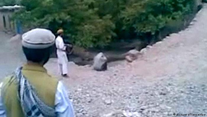 در دوران طالبان مجازات اسلامی سنگسار، قطع دست و اعدام در ملا عام رواج داشت. طالبان مردم را برای ادای نماز، به زور از مغازههایشان به مساجد میفرستادند. در نظام طالبان ریش مردان باید بلند میبود و موهای سر باید کوتاه میبود. (عکس: صحنهای از اعدام یک زن)