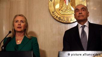 epa03480771 US Secretary of State Hillary Rodham Clinton (L) and Egyptian Foreign Minister Mohammed Kamel Amr (R) are seen during a joint press conference, in Cairo, Egypt, 21 November 2012. Media reports state that Egyptian Foreign Minister Mohammed Kamel Amr said a ceasefire agreement has been reached between Israel and Hamas after eight days of fighting. The truce is to commence at 1900 GMT. EPA/KHALED ELFIQI +++(c) dpa - Bildfunk+++