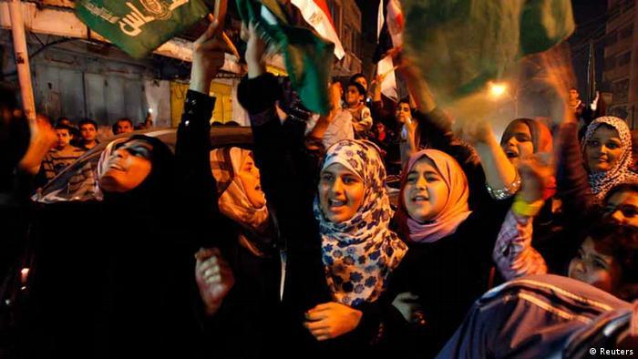 Palästinenser feiern die Waffenruhe in Gaza. (FOTO: REUTERS
