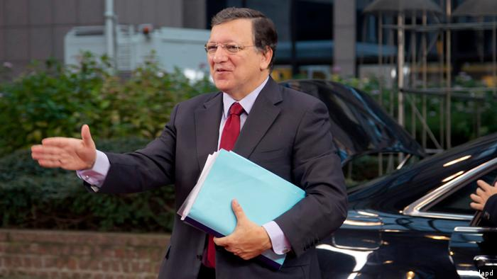 European Commission President Jose Manuel Barroso jestures toward journalists as he arrives for an EU summit at the EU Council building in Brussels on Thursday, Nov. 22, 2012. EU leaders begin what is expected to be a marathon summit on the budget for the years 2014-2020. The meeting could last through Saturday and break up with no result and lots of finger-pointing. (Foto:Virginia Mayo/AP/dapd)