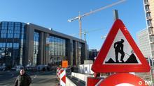 Das Bild zeigt ein Baustellenschild und Kräne vor dem Gebäude des Europäischen Rates in Brüssel, Rue de la Loi. In dem Gebäude finden die Gipfeltreffen der EU statt. (Foto: DW/ Bernd Riegert)