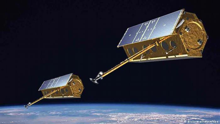 Eine Computersimulation, die die Radarsatelliten TerraSAR-X und TanDEM-X in engem Formationsflug im Weltall zeigt. (Simulation: Astrium GmbH)