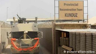 Ein Versorgungskonvoi der Bundeswehr verlässt das Feldlager in Kundus (Foto: dpa)