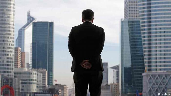 Силуэт топ-менеджера на фоне парижских небоскребов