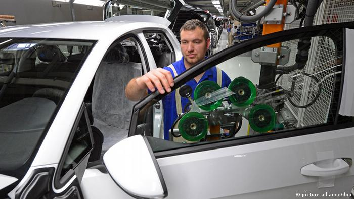 Worker assembling a VW Golf 7 in Zwickau, Germany Photo: Hendrik Schmidt/dpa +++(c) dpa - Bildfunk+++