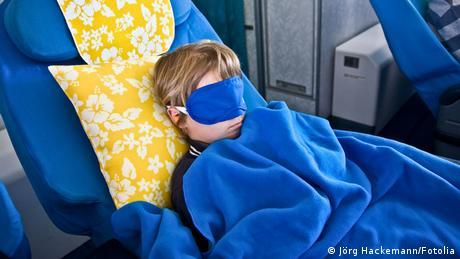 Flugbegleiter Kind schlafen Schlafmaske (Jörg Hackemann/Fotolia)