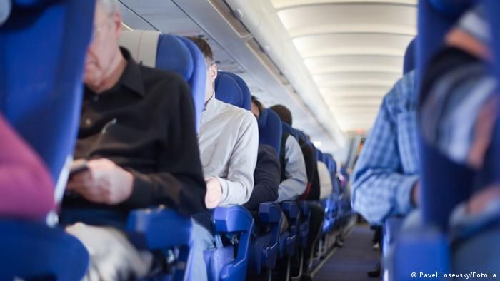 Flugbegleiter Passagiere Flugzeug Gang (Pavel Losevsky/Fotolia)