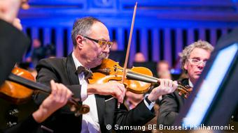 A musician plays from his score which is digitized on a tablet (Photo: Anke Ramsar, Brüssel, Copyright: Samsung BE Brussels Philharmonic)