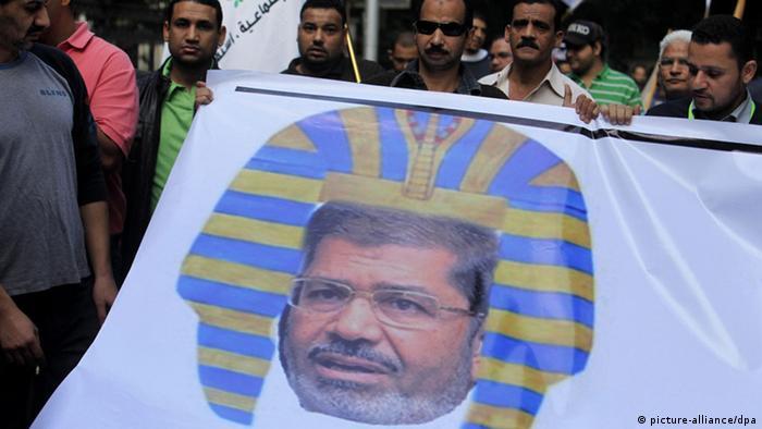 Manifestantes retratam Morsi como faraó em protesto no Cairo
