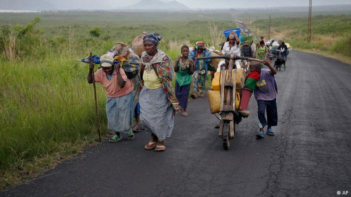 Congolese flee the eastern town of Sake in Nov. 2012. (Photo:Jerome Delay/AP/dapd)