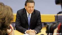Bundeskanzler Gerhard Schröder antwortet am Dienstag (05.07.2005) vor der Bundespressekonferenz in Berlin auf Fragen von Journalisten. Gemeinsam mit dem SPD-Vorsitzenden Müntefering unterrichtete der Regierungschef die Medienvertreter über das Ergebnis des kleinen Parteitages der Sozialdemokraten und stellte das Wahlmanifest der SPD vor. Foto: Peer Grimm dpa/lbn +++(c) dpa - Bildfunk+++