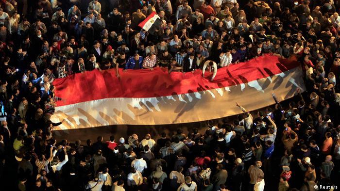 Confrontos no Egito depois de aumento de poderes de Morsi