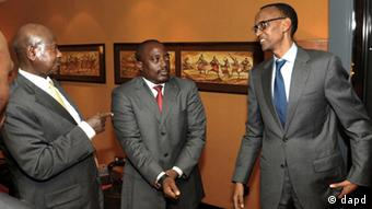 In this Wednesday Nov. 21, 2012 photo released by Uganda's Presidential Press Services, Uganda's President Yoweri Museveni, left, talks with his counterparts Paul Kagame of Rwanda, right, and Joseph Kabila of Congo during a meeting in Kampala, Uganda. The three heads of the states want the M23 rebels out of Goma, a town they captured from Congo army. (Foto:Presidential Press Services/AP/dapd)