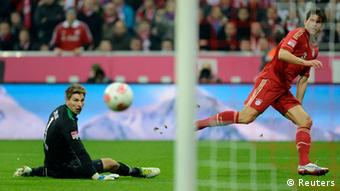 Bayern Munich's Mario Gomez (R) scores a goal against goalkeeper Ron-Robert Zieler of Hanover 96 during their German first division Bundesliga soccer match in Munich November 24, 2012. Bayern Munich won the match 5-0. REUTERS/Michaela Rehle
