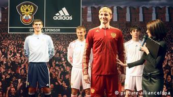 2009-й год: Adidas представляет новую форму российской сборной по футболу.