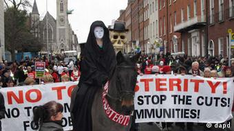 A masked rider on horseback depicting Death leads an anti-austerity protest march in Dublin, Ireland, on Saturday, Nov. 24, 2012. The government says it will unveil Ireland's sixth straight austerity budget next month in hopes of reducing the country's 2013 deficit to 8.6 percent, still nearly triple the spending limit that eurozone members are supposed to observe. (Foto:Shawn Pogatchnik/AP/dapd). Eingestellt von qu