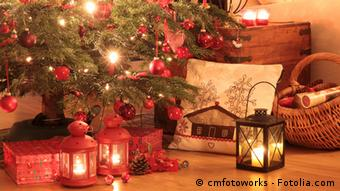 Christmas tree with gifts and real candles, Photo: cmfotoworks - Fotolia.com