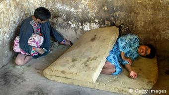 Patienten auf Matratzen in einer geschlossenen Anstalt (Foto: Paula Bronstein/Getty Images)