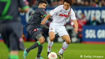 Ja-Cheol Koo (R) of Augsburg is challenged by Lukas Rupp of Gladbach during the Bundesliga match between FC Augsburg and VfL Borussia Moenchengladbach at SGL Arena on November 25, 2012 in Augsburg, Germany. (Photo: Alexander Hassenstein/Bongarts/Getty Images)