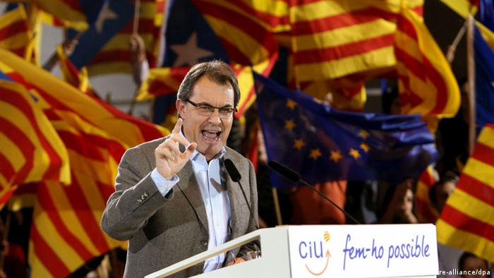 Catalonia's regional president Artur Mas and re-election candidate for the CiU party speaks during an election rally in Sabadell, Catalonia, Spain, 11 November 2012. Catalonian regional elections will be held on 25 November. EPA/TONI ALBIR (zu: Bei Wahl in Katalonien steht auch die Einheit Spaniens auf dem Spiel)