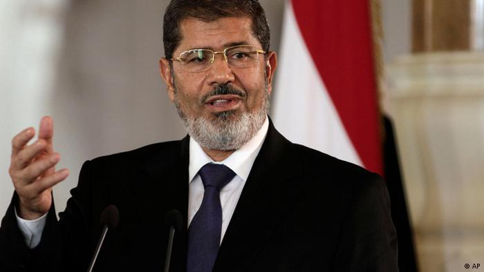 FILE - In this Friday, July 13, 2012 file photo, Egyptian President Mohammed Morsi speaks to reporters during a joint news conference with Tunisian President Moncef Marzouki, unseen, at the Presidential palace in Cairo, Egypt. Egypt's Islamist president may hail from the fiercely anti-Israeli Muslim Brotherhood, but in his first major crisis over Israel, he is behaving much like his predecessor, Hosni Mubarak:. He recalled the ambassador and engaged in empty rhetoric supporting Palestinians. Mohammed Morsi is under pressure at home to do more but he is just as wary as Mubarak about straining ties with the United States. (Foto:Maya Alleruzzo, File/AP/dapd)