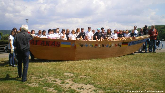Kinder aus der Ukraine bauen gemeinsam mit Kindern an der Essener Frida-Levy Schule ein Boot (Foto: Pädagogischer Austauschdienst)