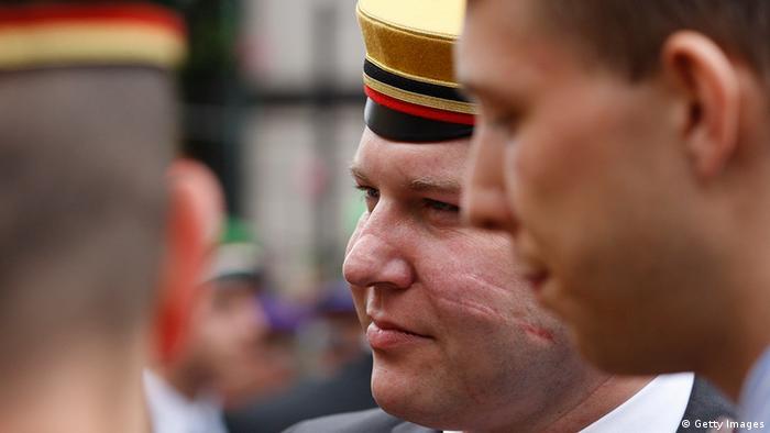 Deutschland Schlagende Verbindung Burschenschaft Mitglied mit Hut und Schmiss