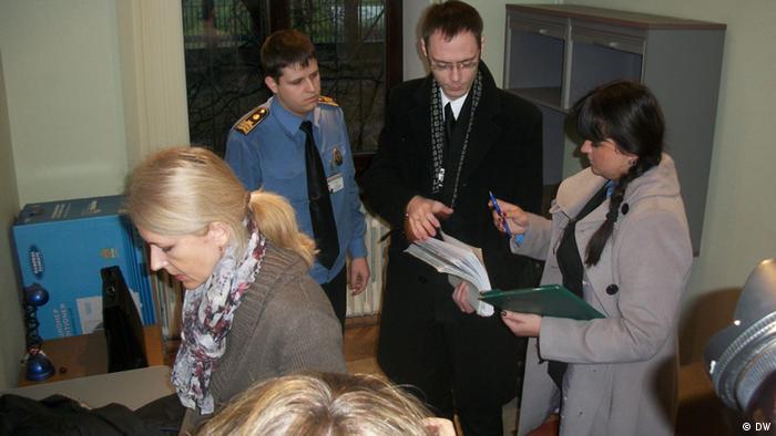 Судебные исполнители опечатывают офис центра Весна