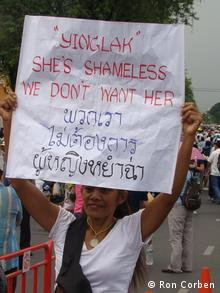 Woman holds up a banner in Bangkok on November 24 (Photo: DW/R Corben)