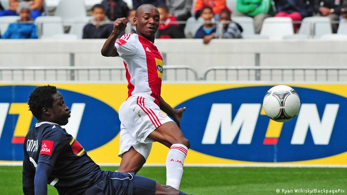 Spielszene Ajax Kapstadt gegen University of Pretoria (TUKS): Khama Billiat (r.) im Duell mit Siyabonga Shoyisa. (Foto: ©Ryan Wilkisky/BackpagePix)