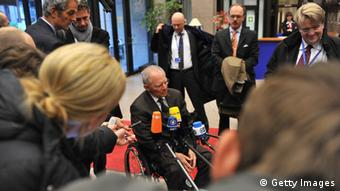Schäuble spricht in Mikrophone Photo: Getty Images