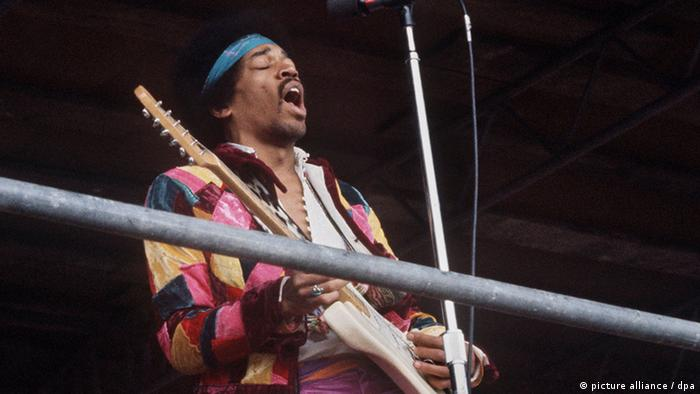 Jimi Hendrix tocando la guitarra con la mano izquierda