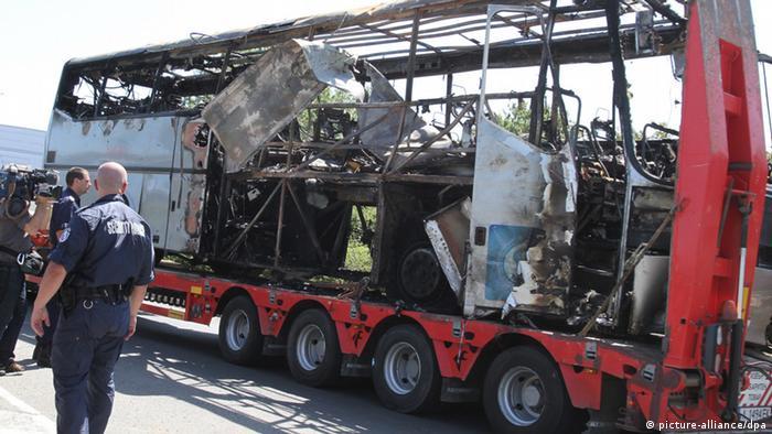 Der zerstörte Reisebus nach dem Anschlag in Bulgarien im Juli 2012 - Foto: Nikolay Donchev (EPA)