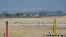 Titel: Erdgas Förderung Angola Beschreibung: Die erste LNG-Anlage Angolas ist noch nicht in Betrieb – dies sollte eigentlich Anfang 2012 geschehen. Die Anlage hat eine jährliche Produktionskapazität von 5,2 Millionen Tonnen Flüssigerdgas. Offiziell heißt es, die Anlage sei noch in der Testphase. Haupteigner der LNG-Anlage in Soyo, im Norden des Landes, ist die nordamerikanische Firma Chevron (36,4 Prozent Beteiligung). Angolas staatliche Firma Sonagás hat einen Anteil von 22,8 Prozent, die italienische ENI, die britische BP und die französische Total haben jeweils 13,6 Prozent. USA sind auch Hauptabnehmer des angolanischen Erdöls. Copyright: Renate Krieger/DW Datum: 07.11.2012 Copyright: Renate Krieger/DW Datum: 07.11.2012