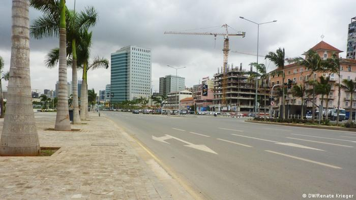 Luanda's Avenida Marginal avenue. The wide road is lined with palm trees on one side and high buildings and constructions sites on the other. Copyright: Renate Krieger/DW