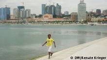 Titel: Luanda Hauptstadt Angola Avenida Marginal 4 de Fevereiro Baía de Luanda Bucht Beschreibung: Die Bucht von Luanda zeugt vom Reichtum Angolas: Wolkenkratzer ragen in den Himmel, die meisten Banken und Großunternehmen haben in Luanda neue Hauptquartiere eingerichtet, die Erdölförderung ist sichtbar. Die fünf-Millionen-Metropole Luanda zählt zu den teuersten Städten der Welt, die Miete eines Hauses kann im Zentrum bis zu 5.000 Dollar kosten. Eine Studie der Regierung sagt andererseits, 40% der Bevölkerung lebe mit weniger als einem Dollar pro Tag. Copyright: Renate Krieger/DW Datum: 05.11.2012