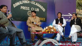 Hamid Mir (2 L) hosts a talk show in Islamabad, Pakistan (Photo: EPA/T. MUGHAL)