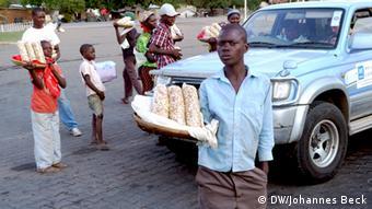 Kinder und Jugendliche verkaufen Cashew-Nüsse an einer Tankstelle in Muxungué in der Provinz Sofala in Zentralmosambik. *** Ort: Muxungué, Provinz Sofala, Mosambik Fotograf: Johannes Beck Datum: 10. November 2012