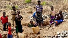 Kinder arbeiten in einem Steinbruch an der Nationalstraße EN 102 in der Nähe der Stadt Guro (Provinz Manica, Zentralmosambik). Sie zerkleinern die Steine und transportieren sie zum Verkaufsort neben der Straße *** Ort: Region Guro, Provinz Manica, Mosambik Fotograf: Johannes Beck Datum: 11. November 2012