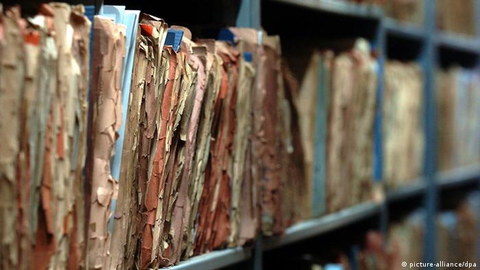 Папки с документами в архиве штази в Берлине