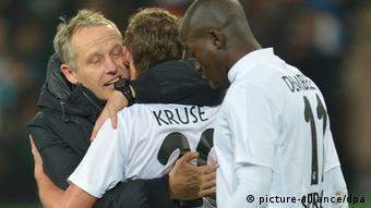 17.11.2012 Hanover: Christian Streich (l) hugs Max Kruse after Freiburg's 2-1 win over Hannover, with Kruse scoring the winning goal. (Photo: Carmen Jaspersen dpa)